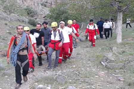 امدادگران کوهستان هلال احمر قم جان مصدوم گیر افتاده در ارتفاعات علی آباد نیزار را نجات دادند