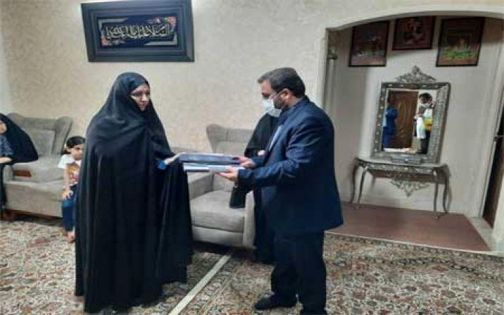 تجلیل مدیر عامل جمعیت هلال احمر استان قم از یک جانباز خانم سوم خرداد