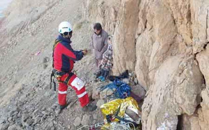 نجات دو نفر گیر افتاده در کوه توسط امدادگران هلال احمر قم